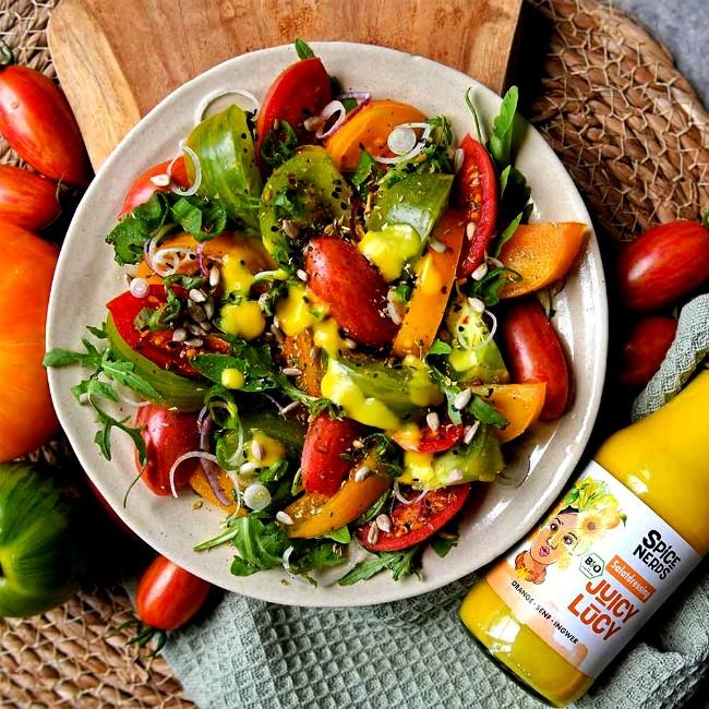 Image of Tomatensalat mit bunten Tomaten, Zwiebeln, Rucola und Juicy Lucy Salatdressing