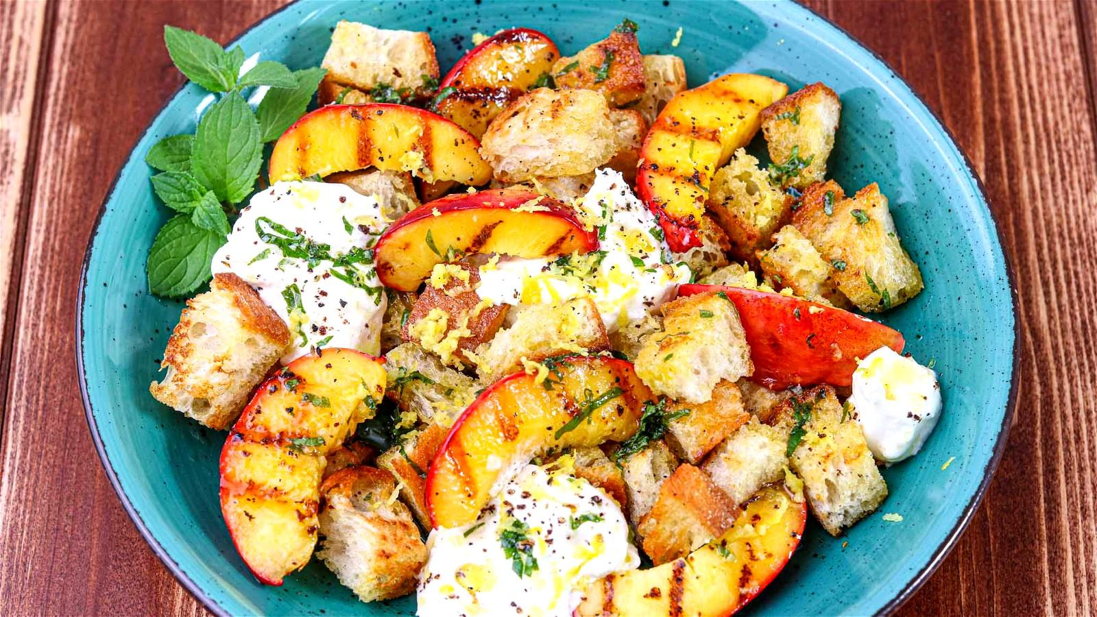 Image of Nektarinen-Brot-Salat mit Burrata