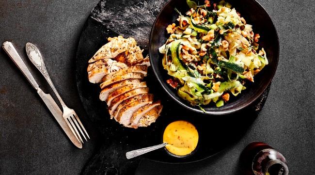 Image of Hühnchen auf Zucchini-Salat mit Nuss-Mayo Rezept