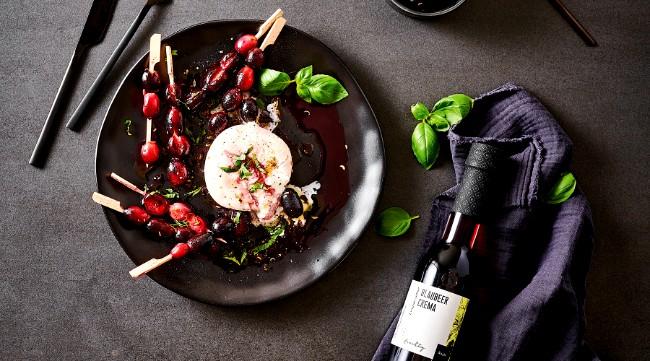 Image of Burrata mit gegrillten Trauben und Blaubeer-Vinaigrette Rezept