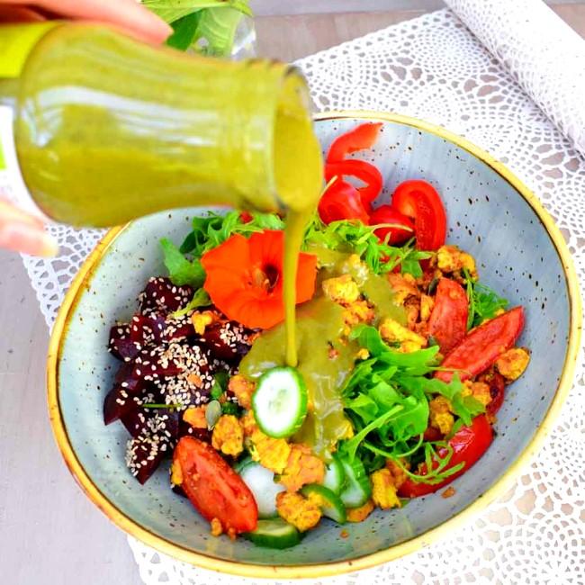 Image of Veganes Rührei: Tofu Scramble mit buntem Salat und Green Madness Salatdressing