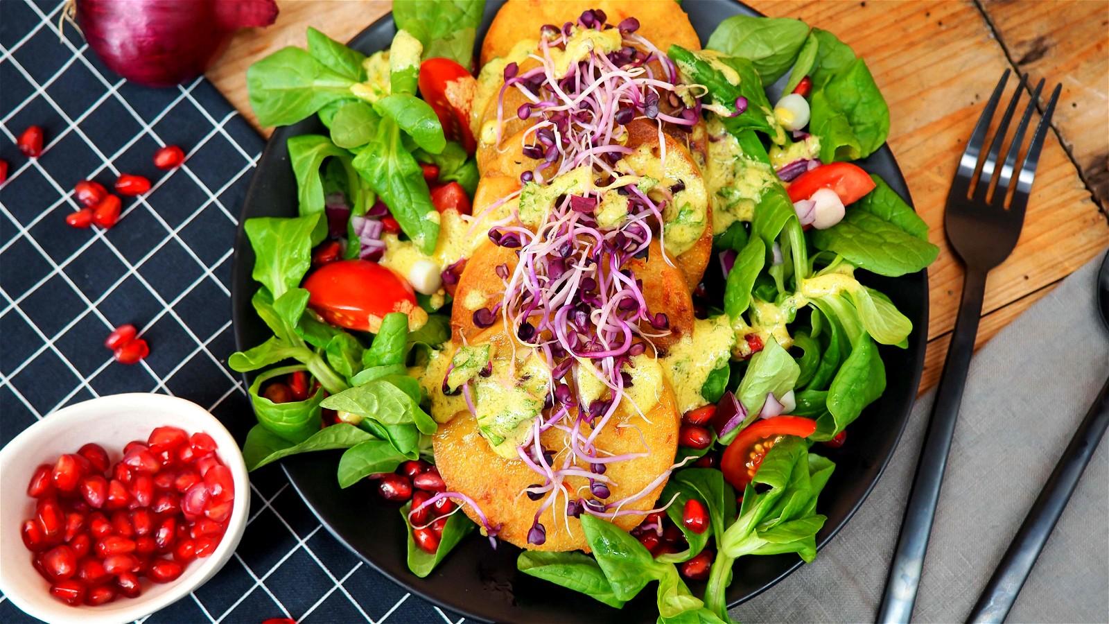 Image of Knödel auf buntem Salatbett mit Honig-Senf-Dressing