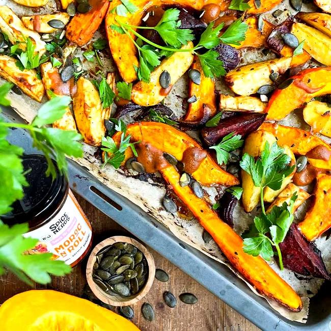 Image of Ofengemüse vom Blech mit Kürbis, Wurzelgemüse und Moroc'n'Roll Sauce für Gemüse