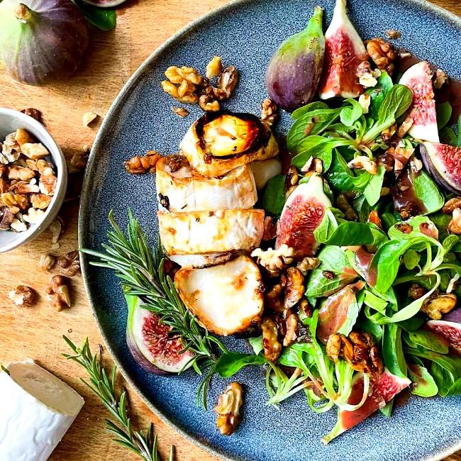 Image of Salat mit Ziegenkäse: Karamellisierter Ziegenkäse mit frischen Feigen und Himbeerdressing Vulcano